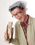 Frieda Braun mit Hasenbrot